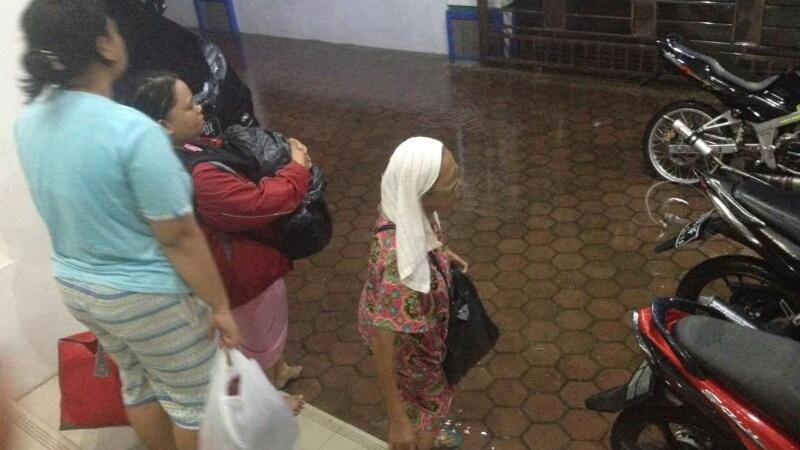 Warga Padang menunggu untuk diungsikan