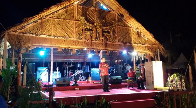 Sambutan Wakil Bupati Mentawai, Kortanius Sabeleake pada acara hiburan rakyat malam puncak peringatan hati jadi Mentawai ke 18 di Tuapejat, Rabu (4/10)