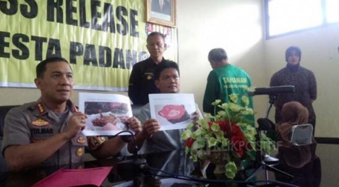 Kedua tersangka saat ditangkap polisi