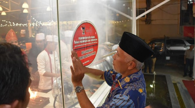 Wali Kota Padang Mahyeldi Ansharullah tempelkan stiker rekomendasi di tempat usaha Sate Manang Kabau