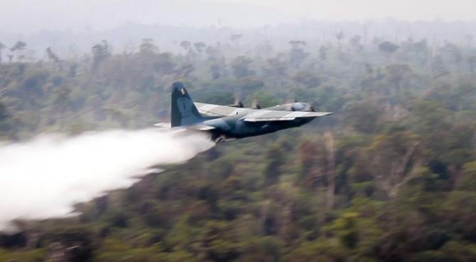 Pesawat-pesawat perang Brasil membuang air ke hutan yang terbakar di negara bagian Rondonia, Amazon