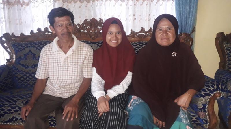 Rahmadina Zaid (tengah) bersama dengan kedua orangtuannya