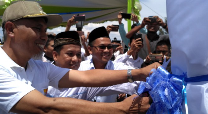 Pengguntingan pita pada unit SPLU di Taman Axana, Pantai Danau Cimpago Purus Kota Padang