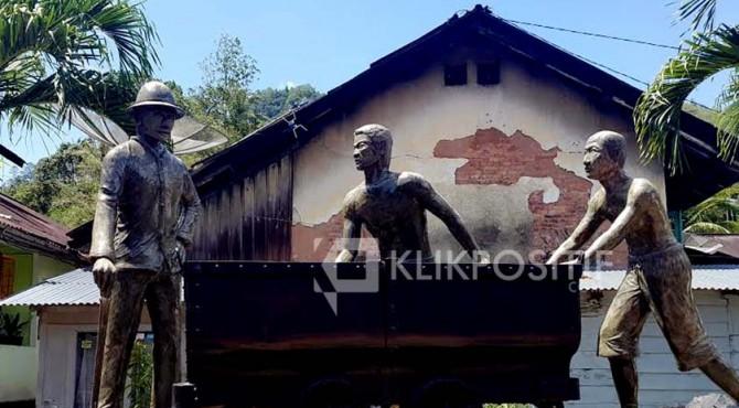Patung yang dibangun untuk mengingat kerja-paksa yang dilakukan kolonial Belanda di Sawahlunto