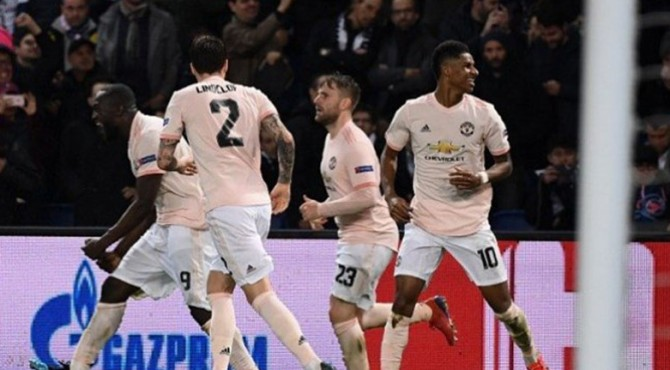 Para pemain Manchester United merayakan gol penalti Marcus Rahsford di ujung babak kedua. MU menang 3-1 atas PSG.