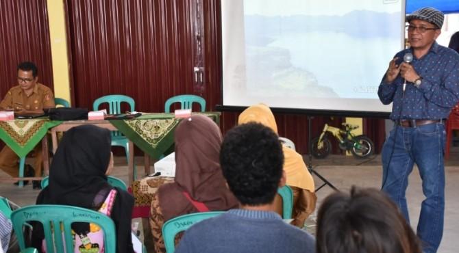 Prof Hafrijal Syandri saat menjadi narasumber pada pelatihan budidaya ikan di kolam semi bioflok, di Nagari Koto Kaciak,