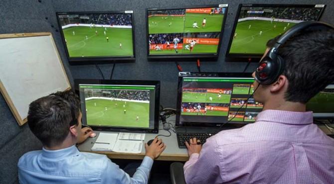 Penggunaan teknologi Video Assistant Referee (VAR) dalam sepakbola.