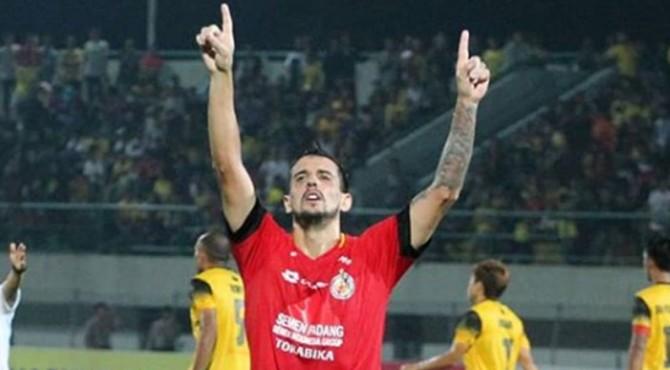 Selebrasi Favio usai mencetak gol
