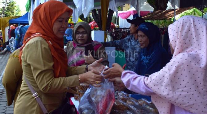 Beberapa orang ASN di lingkungan Pemprov Sumbar berbelanja di Pasar Rakyat Kantor Gubernur, Jalan Sudirman.