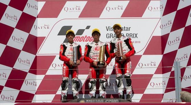 Mohammad Adenanta Putra (kanan) berhasil meraih podium ketiga pada balapan kedua pada ajang balap Asia Talent Cup (ATC) Qatar