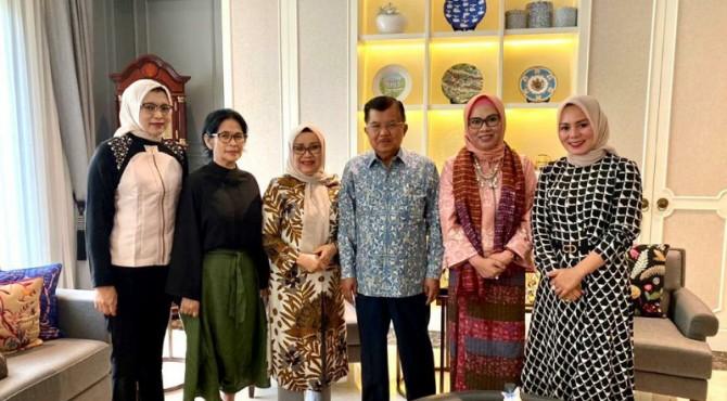 Mantan Jubir Anies-Sandi pada Pilkada DKI Jakarta, Edriana, SH, MA bersama Ibu-ibu Indo Jalito Peduli bersilahturahmi dengan Ibu Mufidah Jusuf Kalla, kemarin.