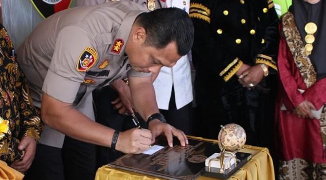 Kapolres Solok AKBP Ferry Irawan menandatangani prasasti Pos Polisi Alahan Panjang