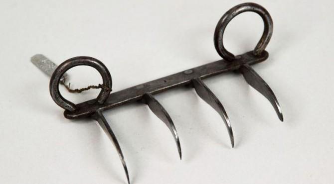 Senjata Bakh Nakh atau cakar harimau yang berasal dari India, agak mirip dengan kurambit dari Indonesia, tapi punya gagang yang lebih lebar.