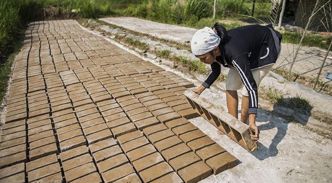 Proses pembuatan bata berkualitas untuk bangunan yang aman gempa dan bencana lainnya