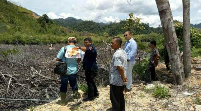 Tim penyidik KLHK saat meninjau lokasi Mandeh yang tampak rusak, Jumat 20 Oktober 2017.