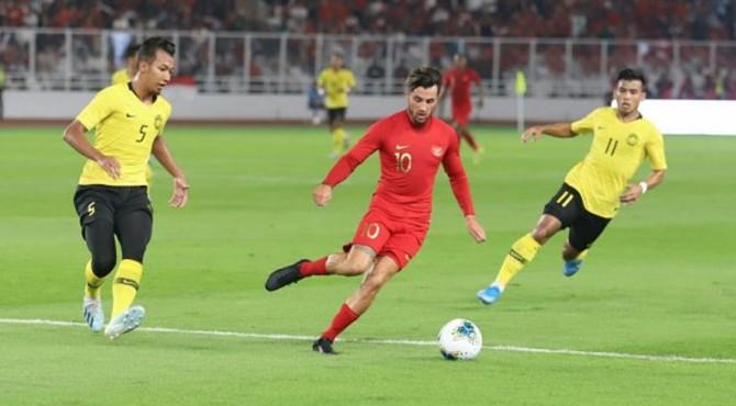 Gelandang serang Timnas Indonesia, Stefano Lilipaly (tengah) beraksi di laga kontra Malaysia pada matchday 1 putaran kedua Kualifikasi Piala Dunia 2022 Grup G di SUGBK, Kamis (5/9/2019) malam WIB. [