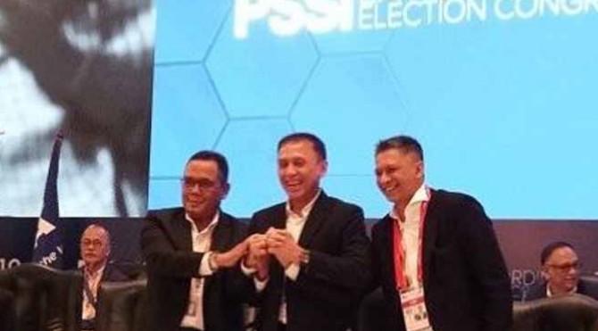 Ketua Umum PSSI Mochamad Iriawan atau Iwan Bule (tengah) bersama dua wakilnya Cucu Somantri (kiri) dan Iwan Budianto (kanan)