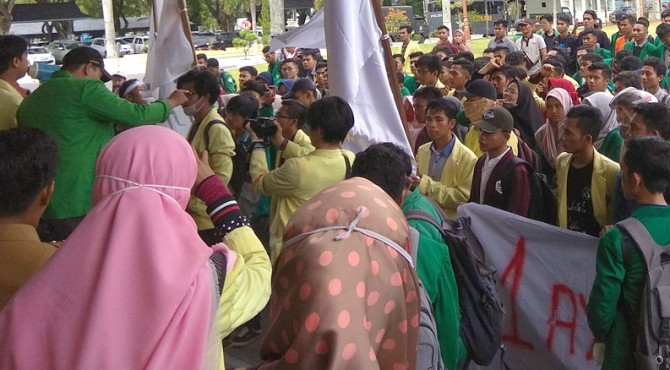 Demo mahasiswa di Kantor Gubernur Sumbar