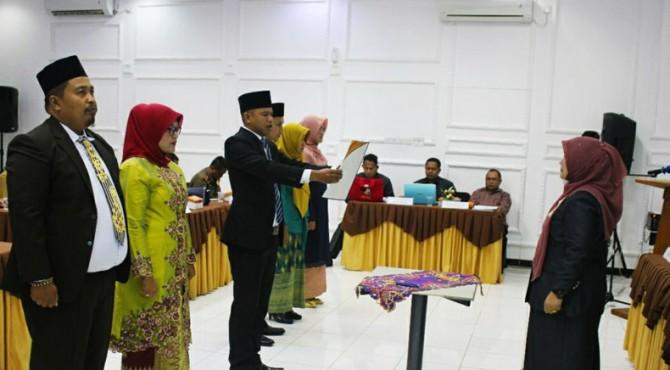 Ketua Bawaslu Kota Solok mengambil sumpah jabatan 6 Panwascam yang dilantik