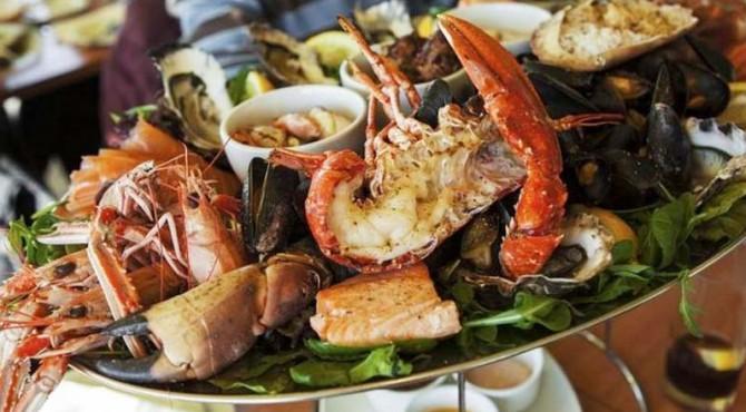 ilustrasi makanan laut dan darat dalam satu piring