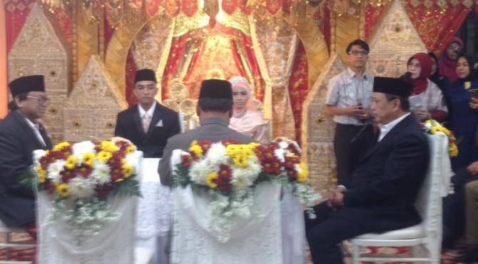 Prosesi pernikahan anak Rektor UNP Ganefri
