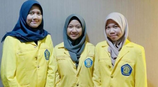 Tiga orang mahasiswi UI penemu manfaat racun ikan lionfish sebagai obat kanker serviks.