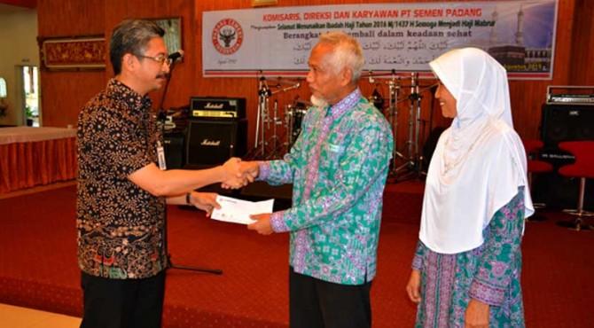 Direktur Keuangan PT. Semen Padang Tri Hartono Rianto menyerahkan bantuan uang saku secara simbolis kepada rombongan JCH Semen Padang tahun 2016