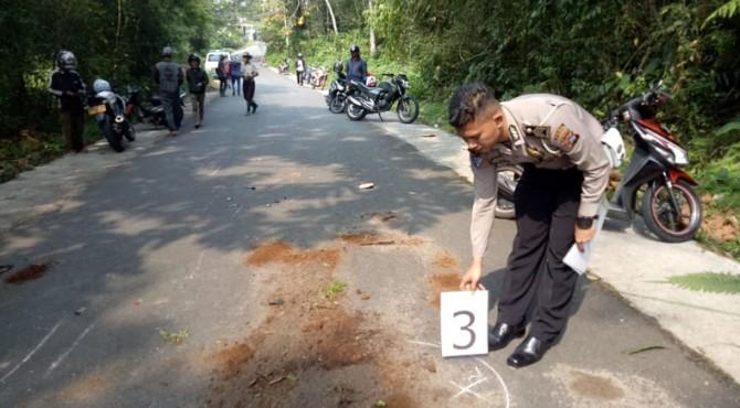 Anggota Satlantas Polres Padang Panjang sedang melakukan olah TKP kecelakaan lalulintas.