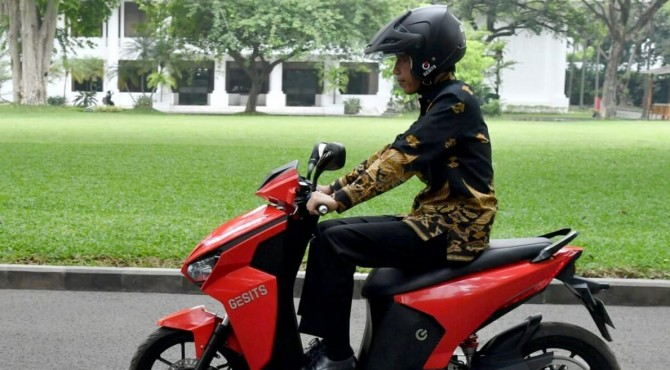 Presiden  Jokowi mengendari motor listrik Gesits