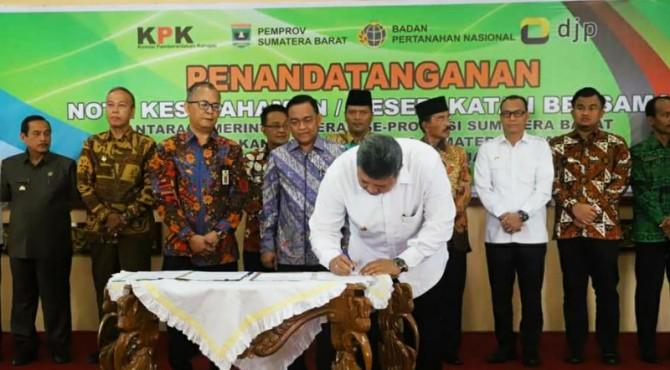 Wako Solok Zul Elfian menandatangani MoU dengan BPN Sumbar dan DJP Sumbar-Jambi