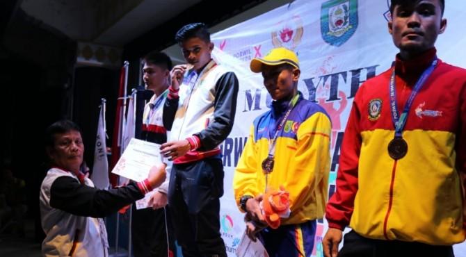 Atlet Muaythai Sumbar Dion Saputra menyumbang medali emas