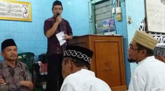 Dirut PT Semen Padang, Benny Wendry menyampaikan kata sambutan saat kunjungan ke Musala Nurul Ikhlas, Padang Besi, Kecamatan Lubuk Kilangan, Selasa, 21 Juni 2016