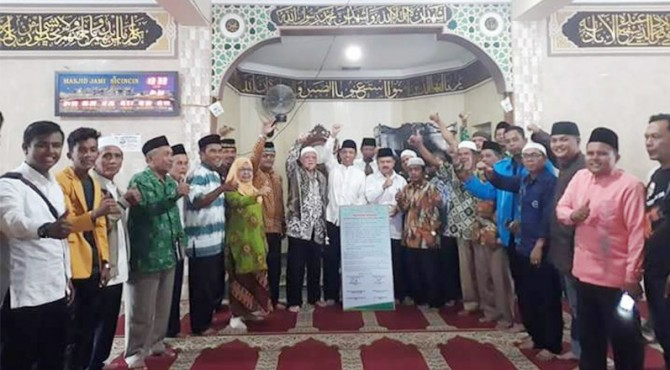 Bupati Ali Mukhni foto bersama dengan anggota Ormas Muhammadiyah dan Aisyiah usai menyampaikan dukungannya terhadap program Pemkab Padang Pariaman untuk pembangunan Kawanan Tarok City