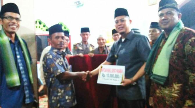 Wakil Bupati Pasaman, Atos Pratama menyerahkan bantuan pada pengurus masjid