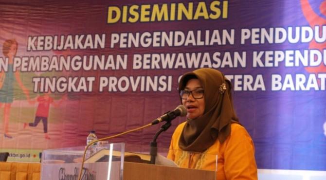 Sekretaris Perwakilan BKKBN Sumbar, Yusnani saat diskusi dengan peserta kegiatan Diseminasi kebijakan pengendalian penduduk dan pembangunan berwawasan kependudukan tingkat provinsi Sumbar
