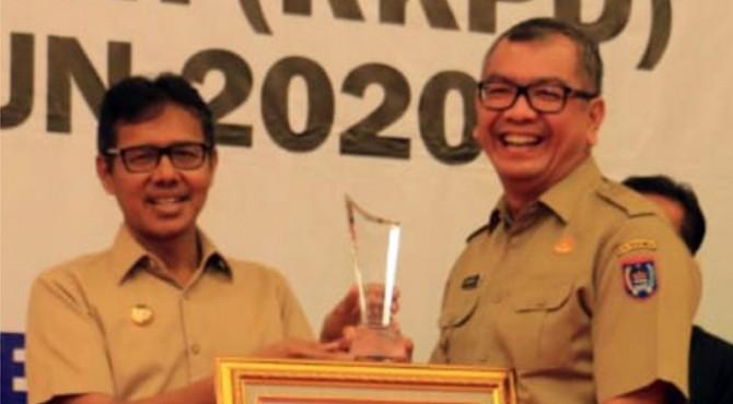 Gubernur Sumbar Irwan Prayitno saat memberikan penghargaan kepada Wali Kota Payakumbuh, Riza Falepi.