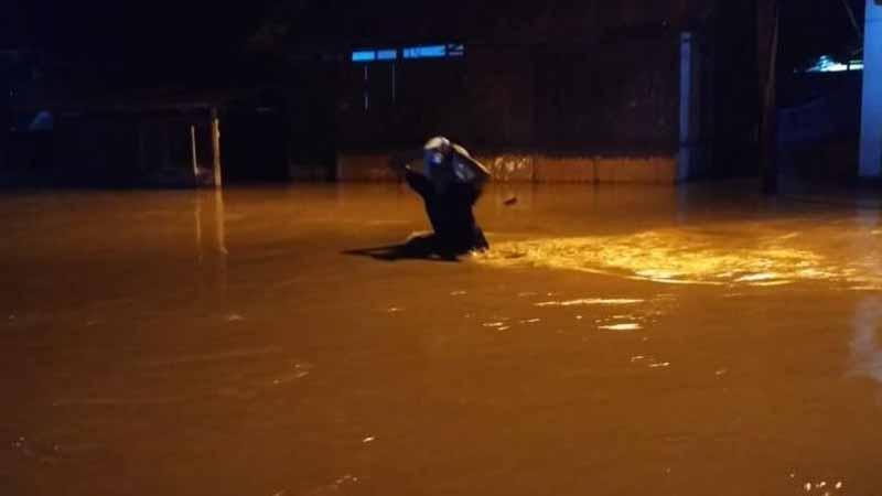 Warga kampung Tarandam berusaha menyelamatkan diri dari Banjir Pada Kamis 2/11  dini hari