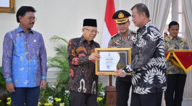 Wakil Presiden Republik Indonesia Makruf Amin menyerahkan piagam penganugerahan Keterbukaan Informasi Badan Publik kepada Wagub Sumbar Nasrul Abit