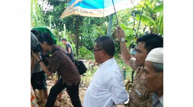 Mantan Direktur Produksi PT Semen Padang Agus Boing, menyaksikan proses pemakaman mertuanya di pemakaman keluarga di Alang Lawas, Jumat (13/5)