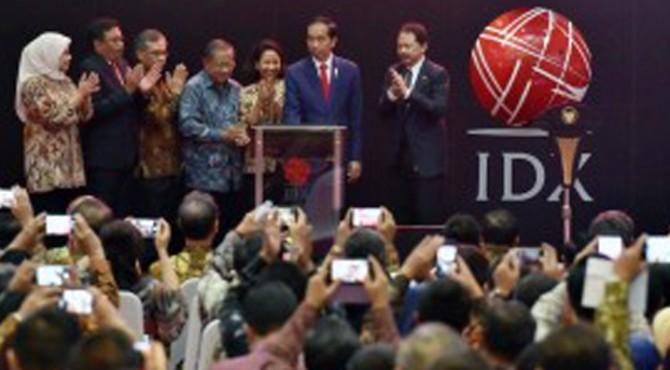 Presiden Jokowi saat menghadiri pencatatan perdana kontrak investasi kolektif di Gedung BEI, Jakarta, Kamis (31/8).