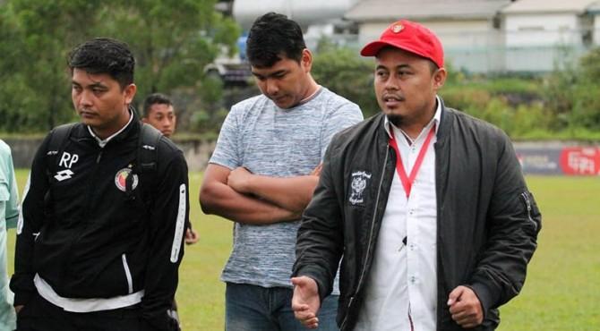 Direktur Umum KSSP, Hermawan Ardiyanto (topi merah) saat memberi arahan kepada para pemain.