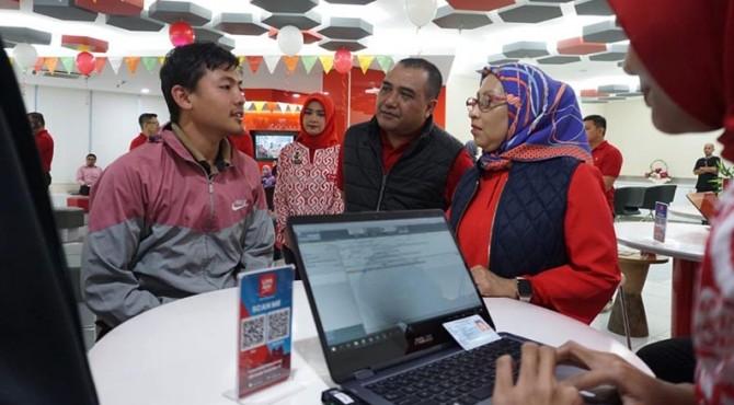 Direktur Sales Telkomsel Ririn Widaryani saat menyapa dan melayani pelanggan dalam momen memperingati Hari Pelanggan Nasional.