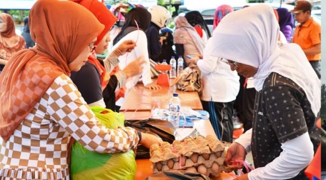 Masyarakat Membeli Kebutuhan di Bazar Murah