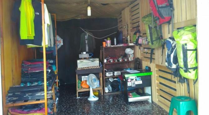 Peralatan  menjelajah alam yang tersedia di toko 'Nanjak Adventure'.