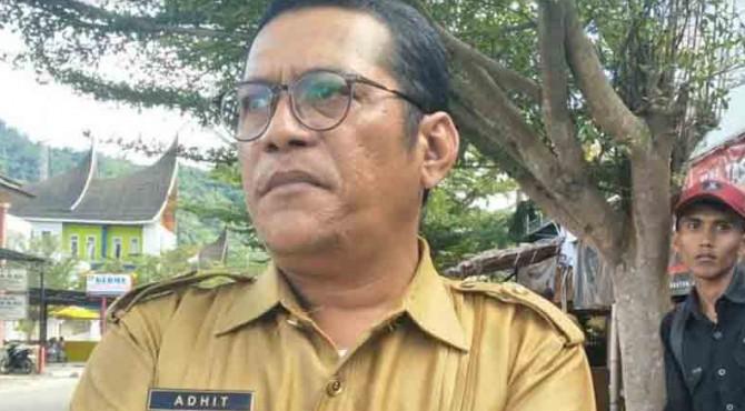 Guru Honorer SMPN 1 Painan Adri Yulisma, SE sering disapa Pak Adhit