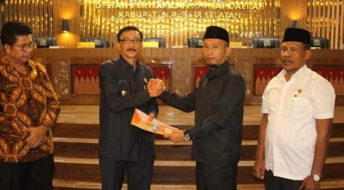 Bupati Pesisir Selatan, Hendrajoni bersama Ketua DPRD Pesisir Selatan, Dedi Rahmanto Putra usai penekenan KUA PPAS APBD 2020