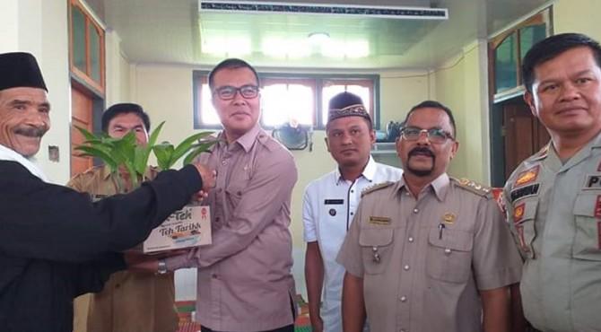 Wakil Bupati Solok Selatan Abdul Rahman menyerahkan bantuan Usaha pertanian dari Nagari Pakan Rabaa Timur untuk Masyarakat setempat, Senin (23/9)