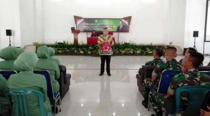 Aqua Dwipayana saat sharing komunikasi dan motivasi bersama prajurit dan istri prajurit Divisi Infanteri-2 Kostrad, Malang.