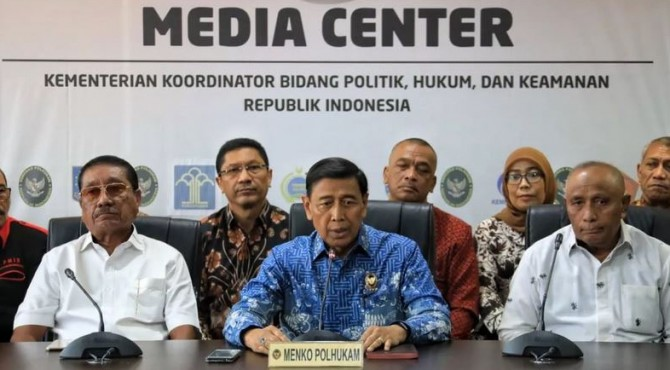 Menko Polhukam Wiranto menyampaikan keterangan pers di kantor Kemenko Polhukam, Jakarta, Jumat (4/10) siang.