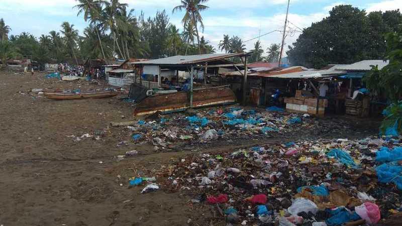 Sampah di pinggir pantai pelelangan ikan Pasar Pagi Banda Air Pasir Jambak, Kota Padang
